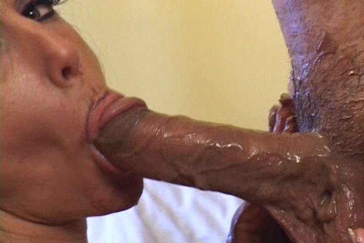Zij pijpt de stijve lul die is ingesmeert met chocolade hij beft en neukt haar