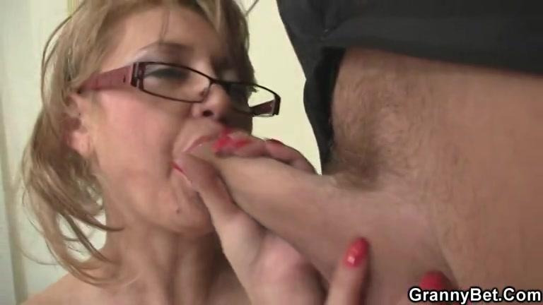 Gulzig pijpt de oudere geile dame de jonge stijve lul en word geneukt
