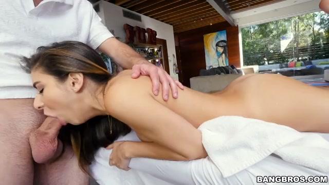 Ze krijgt een erotische massage van haar masseur