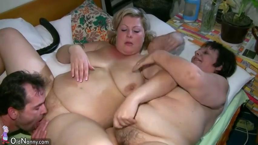 Zijn vrouw wast de oma masturbeert haar met sex toy